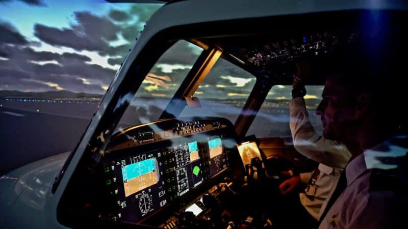 C:\Users\JUNIOR\Downloads\z redacciones\piloto de avión.jpg